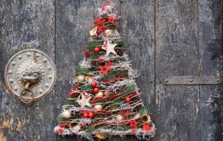 Albero di Natale alternativo con rami di pino